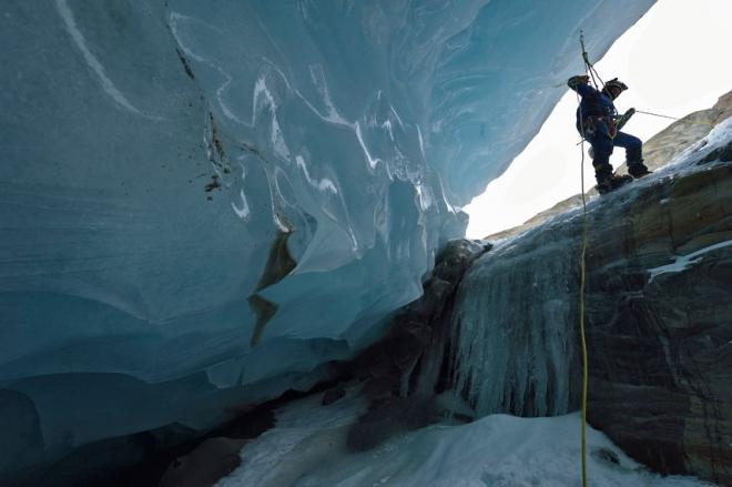 英国摄影师冰洞探险(1)