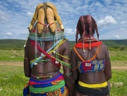 牛粪固定发型,一生不得摘下泥土项圈,摄影纪实安哥拉部落的女人